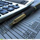 Calculadora y pluma con el documento financiero 21824216